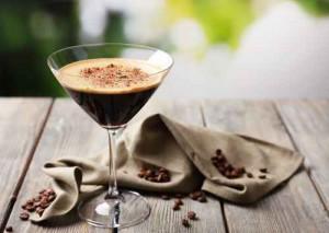 Kaffee Cocktail Espresso Cocktail, serviert auf einem Tisch