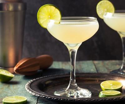 Cocktail Daiquiri, garniert mit einer Limettenscheibe