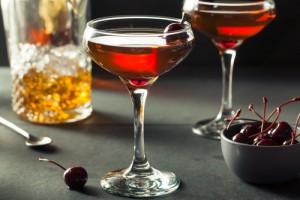 Cocktail Manhattan, garniert mit Kirschen