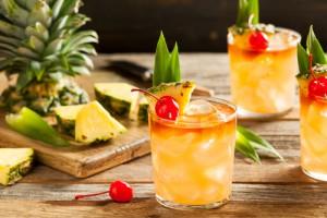 Cocktail Mai Tai garniert mit einer Cocktailkirsche und Ananas