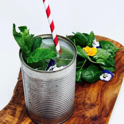Cocktail garniert mit Minze