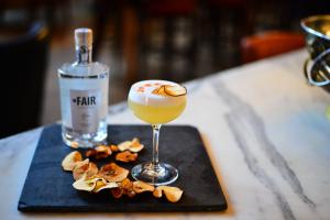 Cocktail Apple Martini garniert mit Apfelchips