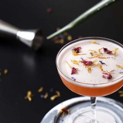 Der Cocktail Club Burlesque, garniert mit getrockneten Blüten