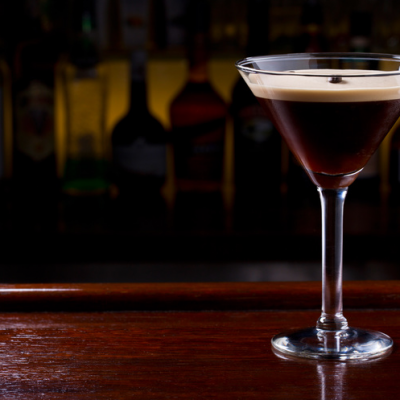 Der Espresso Martini garniert mit einer Kaffeebohne