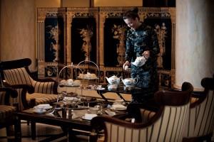 Frau die Tee anrichtet