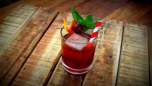 Der Cocktail Negroni, garniert mit Minze