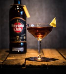 Der Cocktail El Presidente, im Hintergrund ist eine Flasche Havana Club