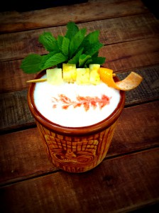 Cocktail Mai Tai garniert mit Ananasstücken