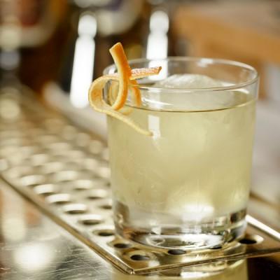 Cocktail garniert mit einer Orangenzeste
