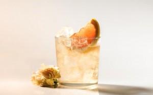 Belsazar Rose mit Tonic garniert mit einer halben Orangenscheibe
