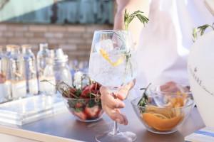 Bartender serviert Cocktail