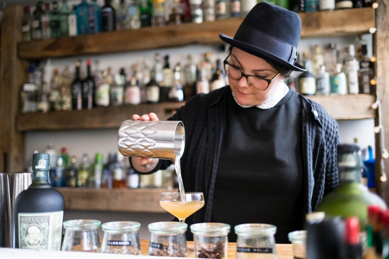 Bartenderin mixt den Botucal Rum