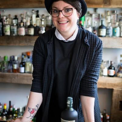 Frau hinter einer Bar