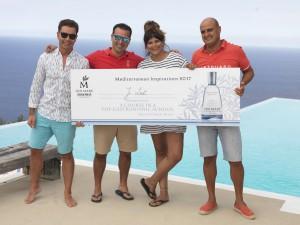 drei Männer und eine Frau halten eine Auszeichnung in der Hand