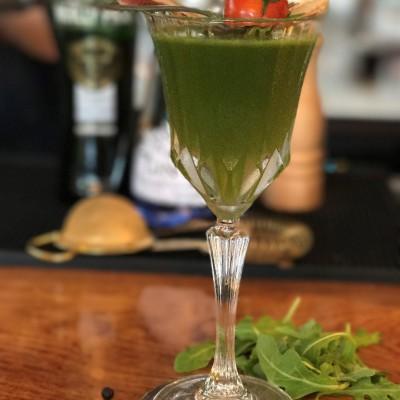 grüner Cocktail, garniert mit einer Tomate