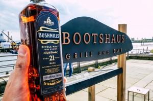"""Schild mit der Beschriftung """"Bootshaus Grill und Bar"""""""