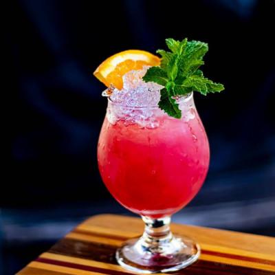 Love Child: pinker Cocktail garniert mit einem Orangenschnitz