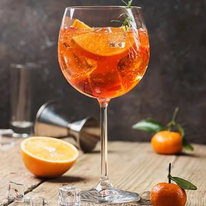 Aperol Spritz garniert mit Orangenscheiben