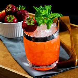Cocktail garniert mit Erdbeeren