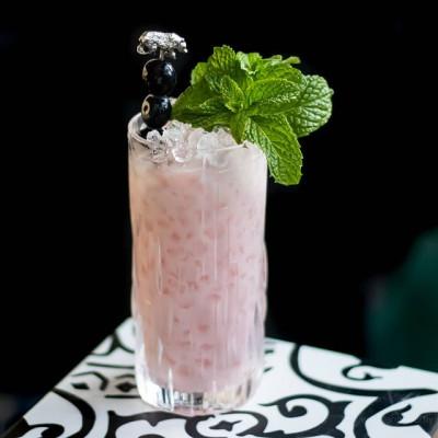 Gin Parfait: Cocktail mit Joghurt, garniert mit Minze und Blaubeeren