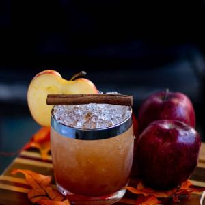PTA: Cocktail garniert mit einer Zimtstange und einer Apfelscheibe