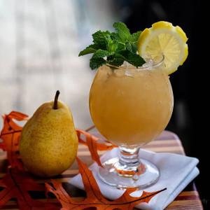 Pear Prerogative: Cocktail garniert mit Minze und einem Zitronenrad