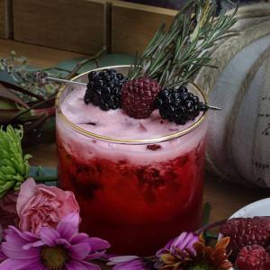 Ginger Berry: Cocktail garniert mit frischen Brombeeren
