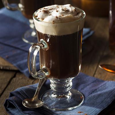 Irish Coffee garniert mit Sahne