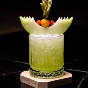 Melonix: Cocktail, garniert mit einer Honigmelone