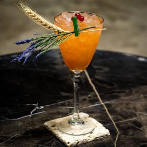 Pearl of Nature: Cocktail garniert mit Gerste und Lavendel