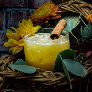Pumkin Spiced Scotch: Cocktail garniert mit einer Zimtstange