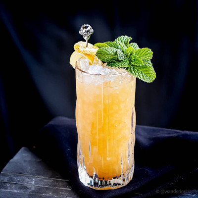 Royal Reviver: Cocktail, garniert mit Zitrone, Minze und kandierten Ingwer