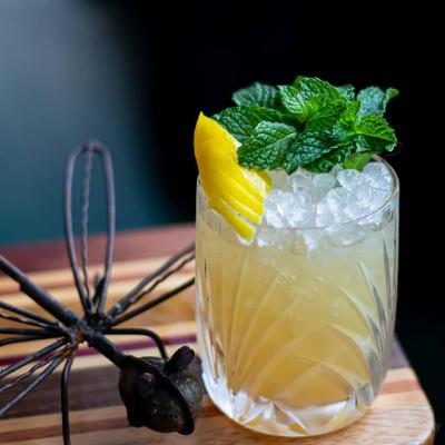 The Cure, garniert mit Zitrone und Minze