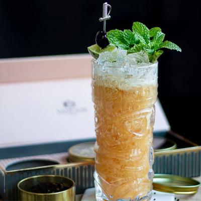 Walk the Plank: Tiki-Cocktail, garniert mit Kirschen und Minze