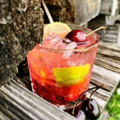 """Der Cocktail """"The Cherry Caipirinha"""""""